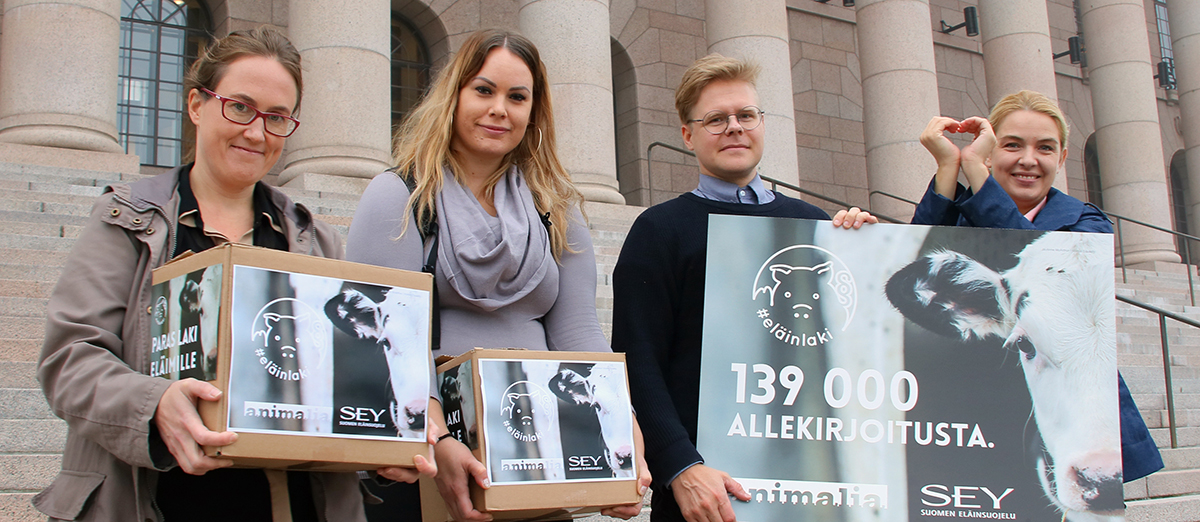 Animalia ja SEY luovuttivat 139 000 nimeä keränneen vetoomuksen paremman eläinlain puolesta. Mai Kivelä on kuvan oikeassa reunassa. Kuva on otettu eduskuntatalon portailla lokakuussa 2018.