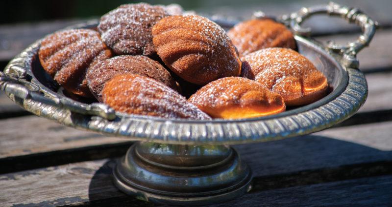 Madeleine-leivokset ovat tarjoiluastiassa.