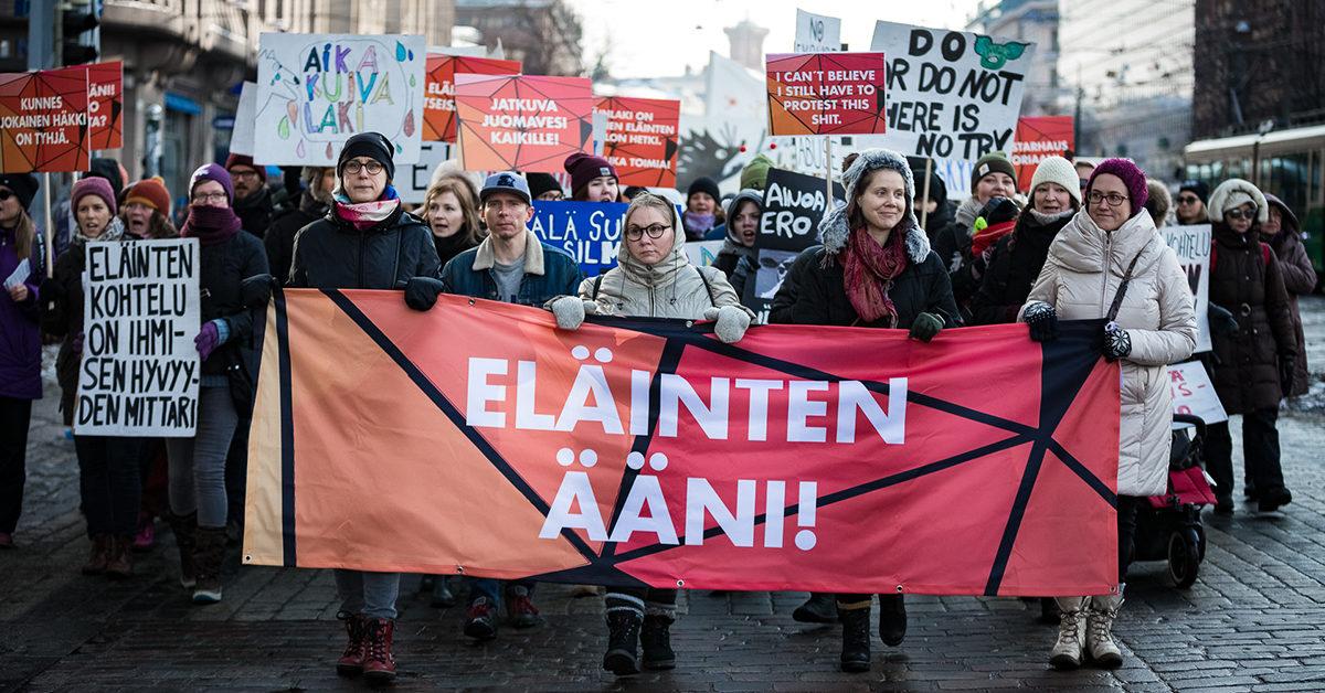 Eläinmyönteisille puolueille vaalivoitto. Kuvassa mielenosoittajia Eläinten ääni -mielenosoituksessa.