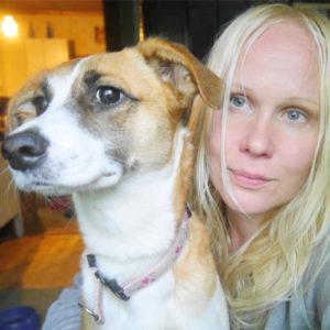 Filosofi Elisa Aaltola ja hänen löytökoiransa. Kuva: Elisa Aaltola.