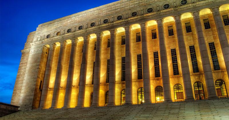 Animalian toiminnanjohtaja Mai Kivelä valittiin eduskuntaan. Kuvassa eduskuntatalo valaistuna illalla.