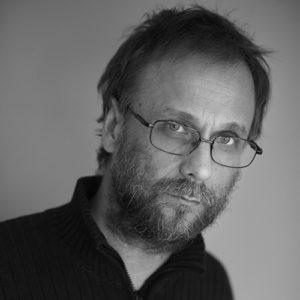 Risto Isomäki on kiinnittänyt teoksissaan huomiota tehotuotannon epäkohtiin.