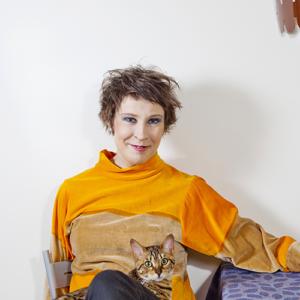 Laura Sippolalla on kissa sylissään.
