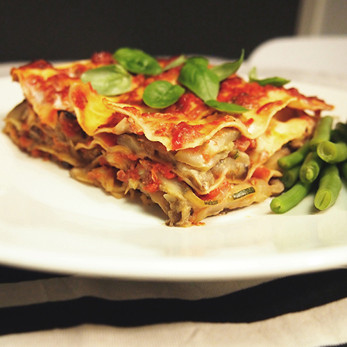 Lasagne à la Lovelyveggies on koristeltu tuoreella basilikalla.