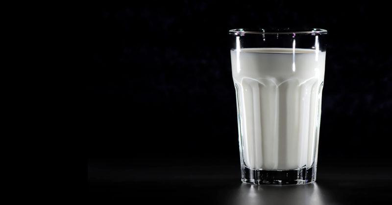 Kuvassa maitolasi mustaa taustaa vasten.