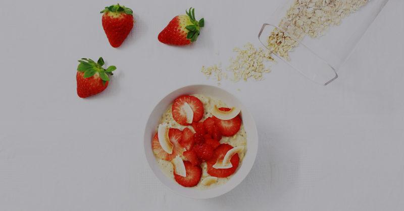 Maidottoman ihanat riisipuurot. Puuro tuoreilla mansikoilla.