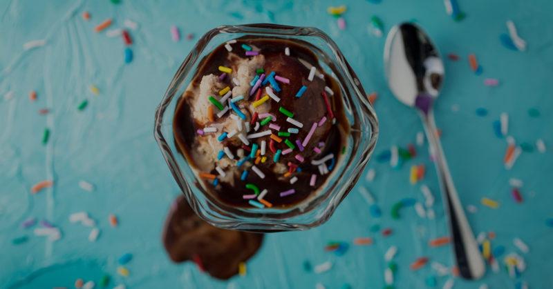 Suklaiset jäätelöt. Kuvassa suklainen jäätelöannos.