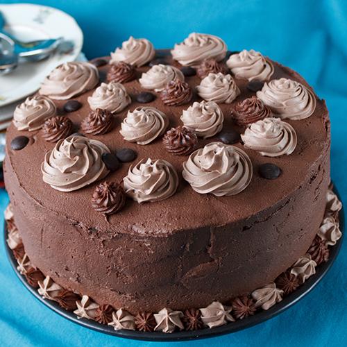 Suklaakakku on koristeltu näyttävästi pursottamalla.