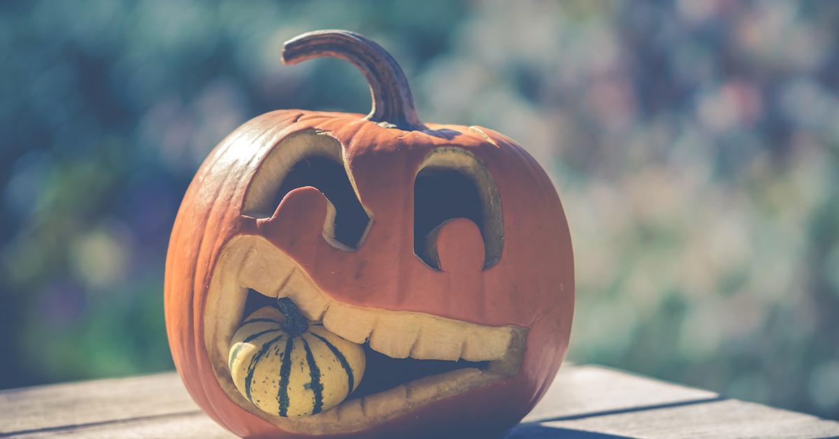 Kurpitsa on kaiverrettu siten, että sen suu irvistää. Hampaiden väliin on lisäksi laitettu pienempi kurpitsa.