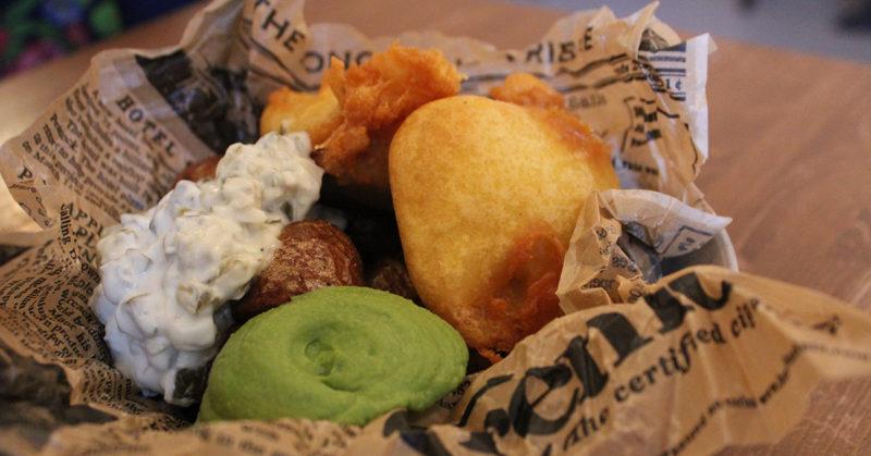 Ravintolapöytä on katettu vegaaneillekin. Kuvassa vegaaninen versio fish'n chipsistä.