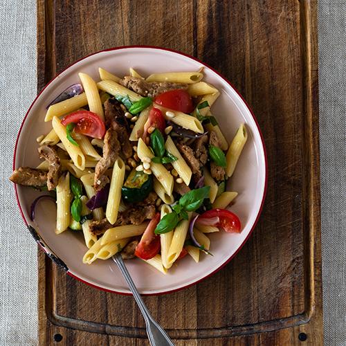 Kauden kasviksia hyödyntäen syntyy maukas pasta.