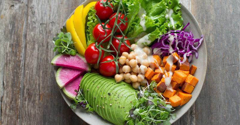 Tärkeiden muutosten aika. Kuvassa herkullinen ruoka-annos, jossa on avokadoa, tomaattia, kikherneitä ja vesimelonia.