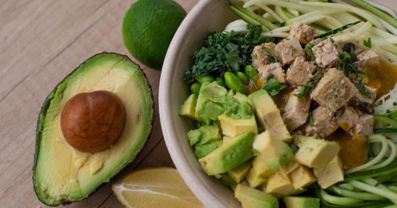 Hankalat ravintoaineet ja vitamiinit? Kuvassa avokadoa ja tofua.