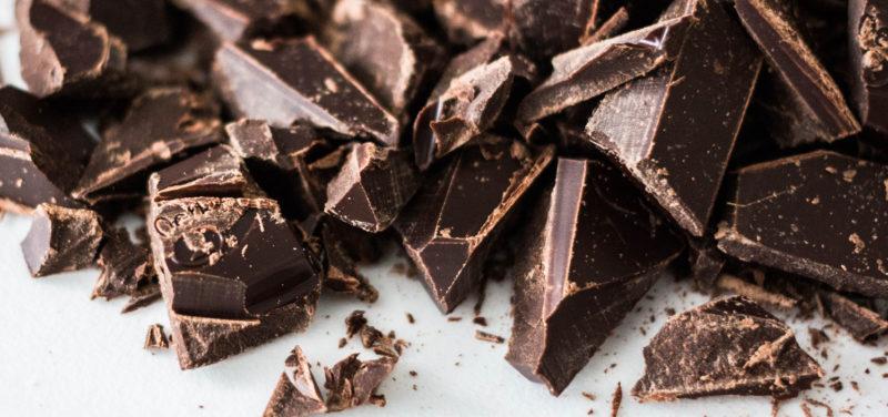 Tumman suklaan paloja pöydällä.