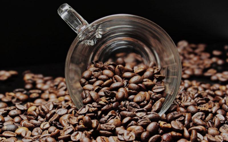 Vegaaniset kahvijuomat. Kuvassa kahvipapuja.