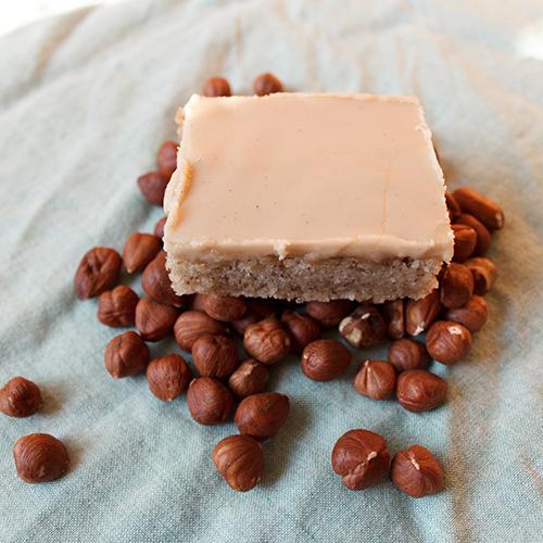 Yksi hasselpähkinämokkapala aseteltuna hasselpähkinäkasan päälle.