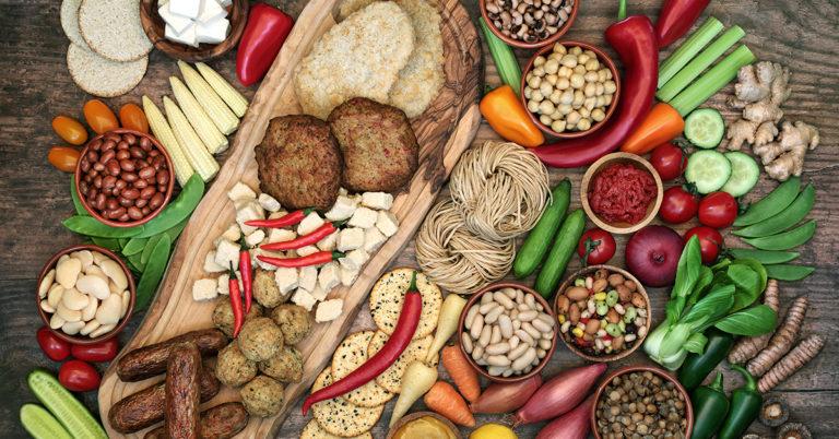 Vegaanisia proteiininlähteitä, kuten papuja, pähkinöitä, vegaanisia pihvejä, tofua ja makkaroita.