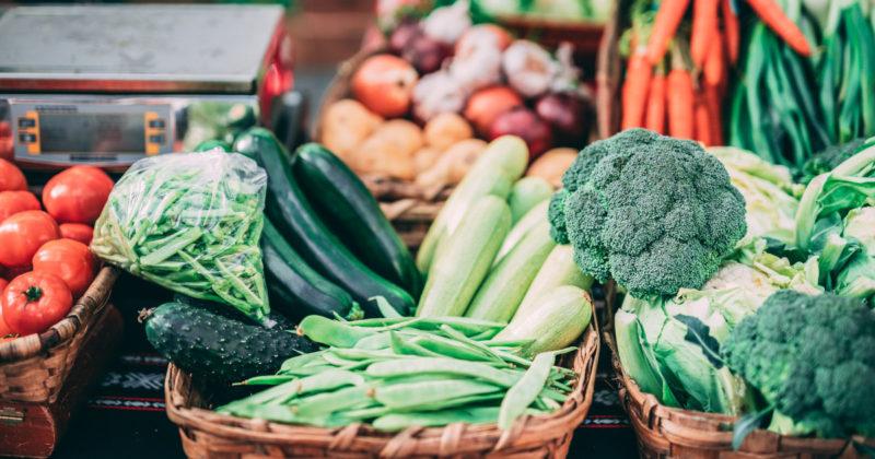 Toripöydällä on myynnissä runsaasti erilaisia vihanneksia.