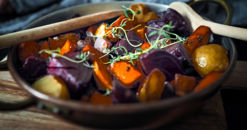 Satokauden juureksista on valmistettu ateria.