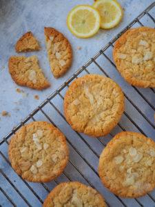 Cookiet ovat aseteltuina paistoritilälle.