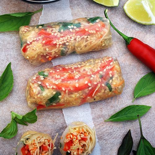 Rapean riisipaperin sisään on kääritty erilaisia vihanneksia.