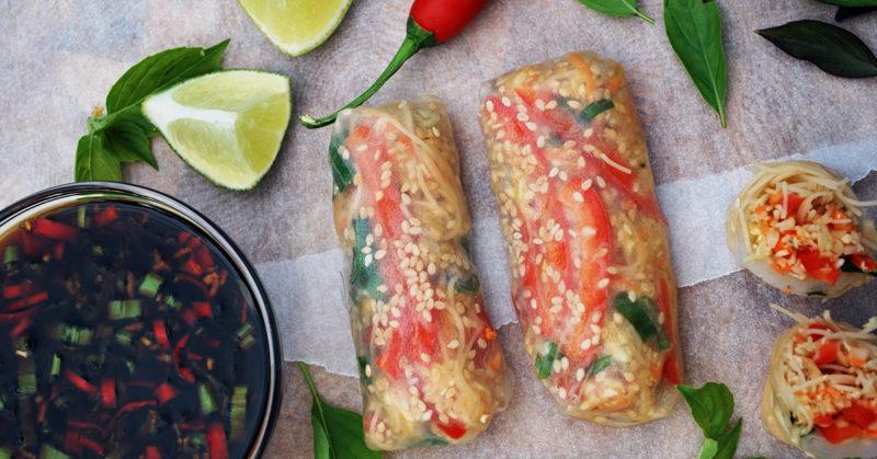 Kesäkääryleitä, joissa riisipaperin sisään on kääritty erilaisia vihanneksia.
