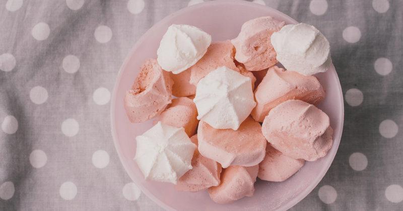 Kuvassa hennon vaaleanpunaisia ja valkoisia marenkeja.
