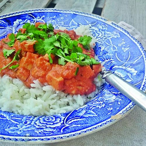 Mausteinen tomaattikastike ja tofu sopivat hyvin yhteen.